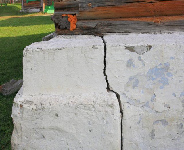 Трещины в старом фундаменте