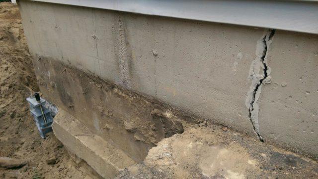 Фундамент гаража с трещиной
