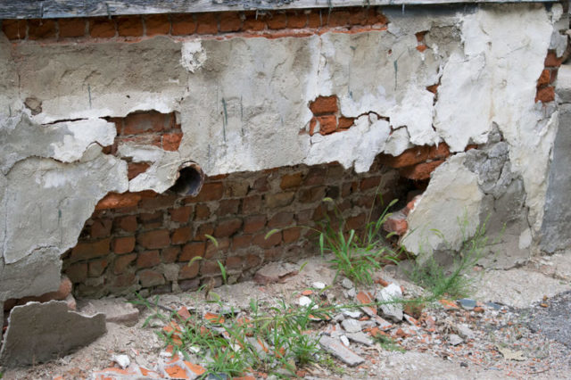 Разрушенный фундамент дома