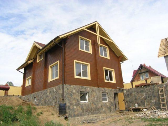 Высокий фундамент дома