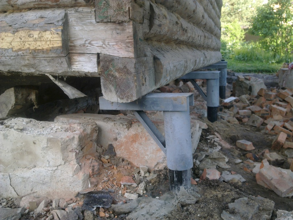 Разрушение основания деревянного дома